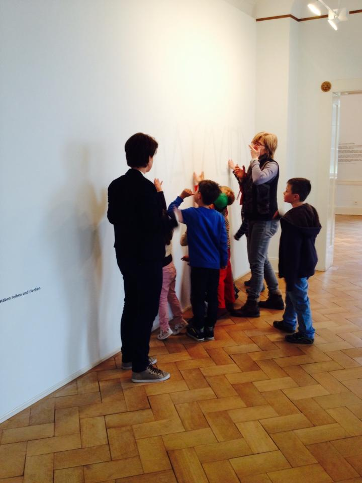 blog nose children smelling an olfactory exhibition at Villa Rot